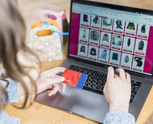 mujer-accede-a-página-web-con-ecommerce